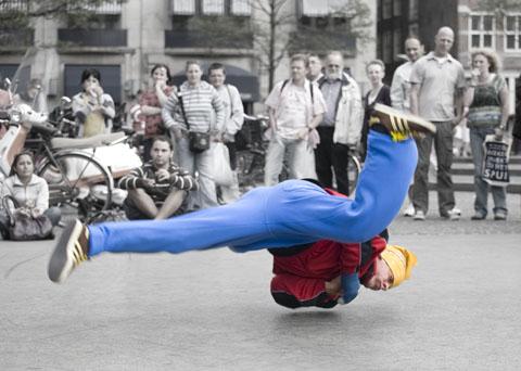 breakdance op de Dam, met één hand in het verband