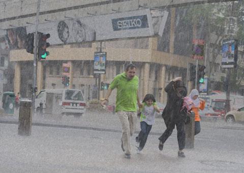 Rennen in de regen op Bukit Bintang, Kuala Lumpur