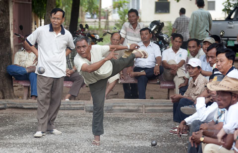 Cambodja is één van erg weinig landen die deelnemen aan de jaarlijkse wereldkampioenschappen pétanque, een van oorsprong Frans spel dat enige gelijkenis vertoont met wat in Nederland bekend staat als sjeudeboel (herkomst van dat woord onbekend)