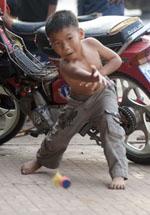 Een ander in de regio (vooral in Vietnam, lees ik) populair spel wordt gespeeld met een groter soort badmintonshuttle. Zij het niet op deze manier...