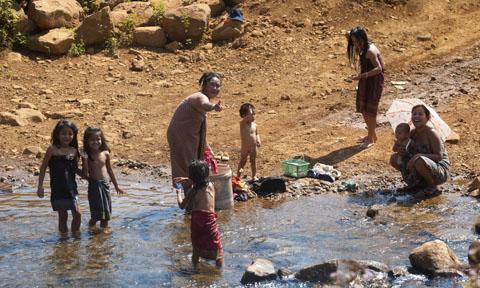 Waar water stroomt speelt zich een deel van het sociale leven aan de waterkant af.