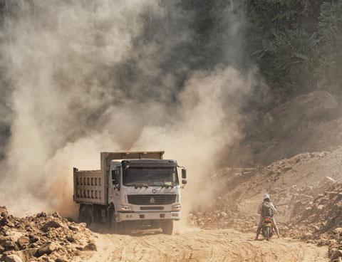 Op sommige plaatsen was het stof enkeldiep, en verborg het de stenen die het rijden nogal bemoeilijkten. Passerende vrachtwagens, die kennelijk materialen voor een nieuwe weg aanslepen, maakten het er voor ons niet beter op.
