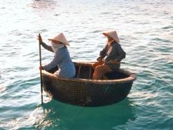 In dit soort dobbertuigjes brengen Vietnamese vissers hun werkzame leven door...