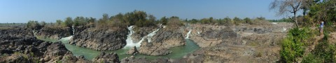 Waterval in Laos waar vooral Thais massaal naar komen kijken. Maar we waren ze nog net voor... Zoek Charlotte (het kan nodig zijn op de foto te klikken om haar te vinden)