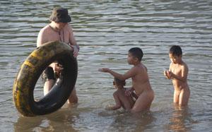 Ondernemende jongens trekken de weinige overblijvende binnenbanders bij aankomst in het dorp naar de kant en proberen daar wat aan te verdienen.