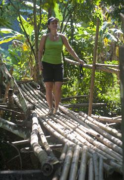 Charlotte op een bamboebrug.