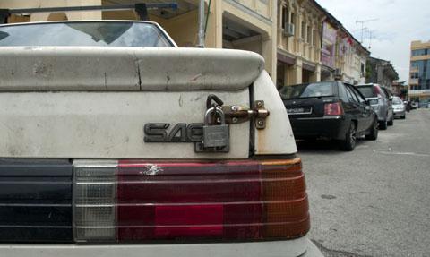 De Proton Saga is een Maleisisch product, waarvan de verkoop geholpen wordt door het feit dat geïmporteerde auto's nogal zwaar belast worden. Maar vooral de oudere modellen komen in handen van mensen die zich eigenlijk geen onderhoud of reparaties kunnen veroorloven en dus zelf maar aan de slag gaan...