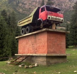 Een hommage aan een vrachtwagen - waar vind je zoiets? Ook minder verhevens is ermee vereeuwigd: de voorwielen zijn eraf gejat.