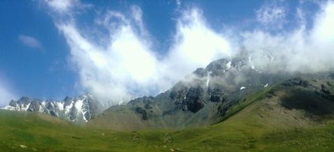 Wat hogerop: een alpien landschap dat volgens geologen treffende overeenkomsten vertoond met de Zwitserse Alpen.