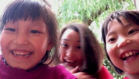 Ik liet ze zien hoe de camera van de iPad werkt, en zette, terwijl ze keken, de andere aan, zodat ze opeens naar zichzelf keken. En drukte af.