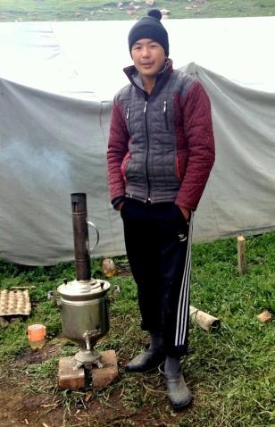 Samovar in actie, en dan niet zo'n moderne electrische, maar één die wordt gestookt op hout. Onmisbaar voor het koken van water voor de thee.