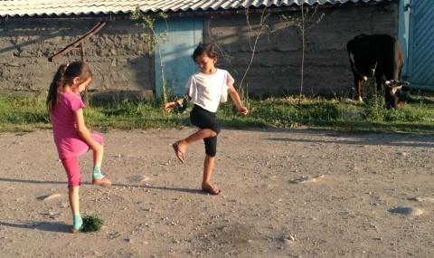 Balletje hooghouden, we hebben het er eerder over gehad. De Centraal-Aziatische variant heet лянга (lyanga) en wordt officieel gespeeld met een shuttle die is gemaakt van op leer genaaide wol en verzwaard met een plaatje ijzer. Hier de andere variant: met bijeengebonden bladeren.