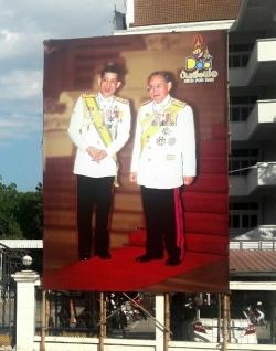 Het lijkt erop dat het koninkrijk wordt voorbereid op een troonopvolging. Overal staan foto's van de kroonprins en zijn vader.