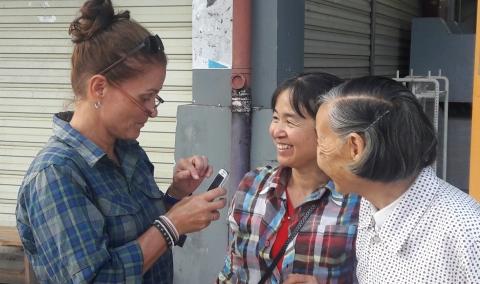 Gewoon op straat, in Mengla in het uiterste zuiden van Yunnan. Vriendelijke, nieuwsgierige mensen en een smartphone met Google Translate.