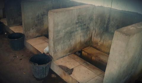 Openbaar toilet langs fe weg van Jinghong naar Kunming. Een geul waarin alles wat je laat vallen blojft liggen en die vermoedelijk aan het eind van de dag wordt gespoeld. En muurtjes, voor de privacy. Aan alles is gedacht...