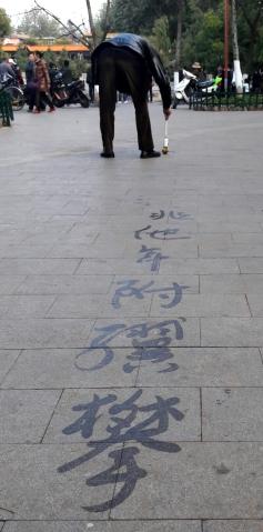 Calligraferen op straat met behulp van een kwast en... water!