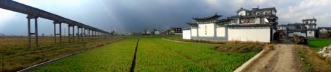 Rechts een boerderij in de buurt van Dali, links een aquaduct waarmee water uit het meer naar de velden gebracht wordt.