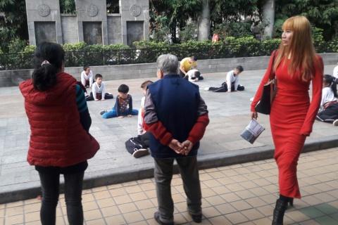 Op de één of andere manier lopen er in China vaak vrouwen rechts door het beeld. Kijk maar eens bij eerdere foto's.